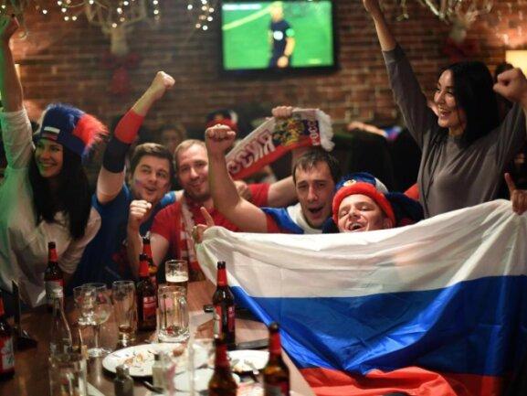 <p><b>Freudetrunken</b><br /> Russische Fans feiern den 5:0-Sieg ihrer Mannschaft im WM-Auftaktspiel gegen Saudi-Arabien. Foto. Ina Fassbender Foto: Ina Fassbender<br /> 14.06.2018 (dpa)</p>