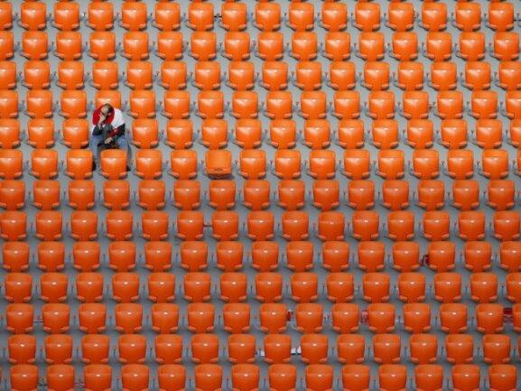<b>Freie Platzwahl</b><br/>Die FIFA rätselt über die vielen freien Plätze beim Spiel von Ägypten gegen Uruguay. Lediglich 27.000 bei einem Angebot von 33.061 Plätzen haben den Weg ins Stadion von Jekaterinburg gefunden. Foto: Vadim Ghirda/AP<br/>15.06.2018 (dpa)