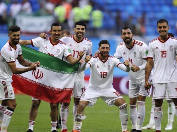 <b>Selbstbewusst</b><br/>Selbstbewusst posieren Spieler des iranischen WM-Teams nach ihrem ersten mit der Nationalfahne. Der Treffer zum 1:0-Erfolg war allerdings einem Eigentor der Marokkaner zu verdanken. Foto:Themba Hadebe/AP<br/>15.06.2018 (dpa)