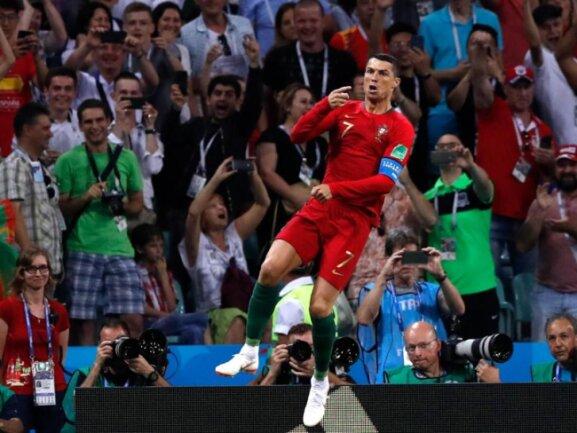 <b>«CR4»</b><br/>In der vierten Minute trifft Superstar Cristiano Ronaldo zum 1:0 von Portugal gegen Spanien. Der vierfache Vater ist damit erst der vierte Spieler, der bei nun vier Fußball-Weltmeisterschaften getroffen hat - sein bis dato viertes WM-Tor. Foto: Manu Fernandez/AP<br/>15.06.2018 (dpa)