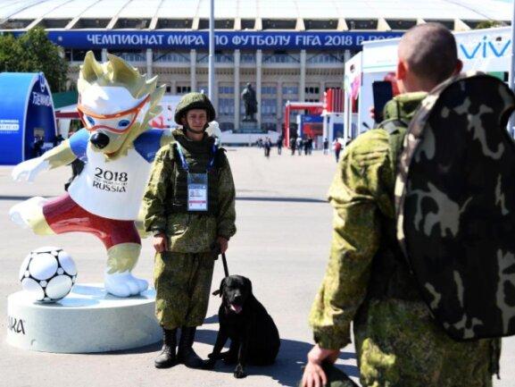 <b>Aufstellung</b><br/>Alles friedlich:Russische Soldaten fotografieren sich vor dem Luschnikistadion mit dem Maskottchen Zabivaka. Foto: Ina Fassbender<br/>16.06.2018 (dpa)