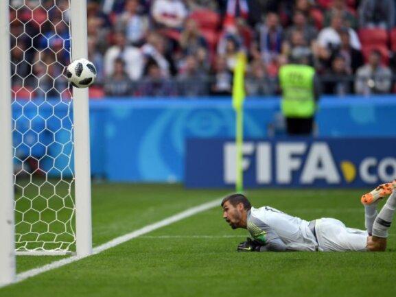<b>Entscheidung</b><br/>Der Schuss von Paul Pogba bringt Frankreich den 2:1-Sieg über Australien. Der Siegtreffer wird dank der Torlinientechnologie anerkannt. Da staunt auch Australiens Torwart Mathew Ryan. Nach dem Spiel wertet die FIFA den Treffer als Eigentor von Aziz Behich. Foto: Andreas Gebert<br/>17.06.2018 (dpa)