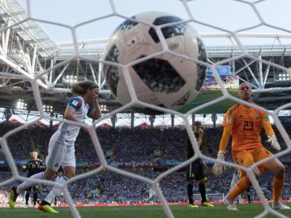 <b>Premierentreffer</b><br/>Alfred Finnbogason sorgte mit seinem Treffer zum 1:1-Endstand gegen Argentinien für den ersten WM-Treffer für Turnierdebütant Island - und gleichzeitig für die erste große Überraschung. Foto: Federico Gambarini<br/>16.06.2018 (dpa)