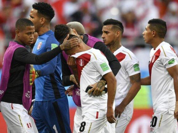 <b>Untröstlich</b><br/>Perus Christian Cueva (M) wird nach seinem verschossenen Elfmeter gegen Dänemark von seinen Mitspielern getröstet. Foto: Martin Meissner/AP<br/>16.06.2018 (dpa)