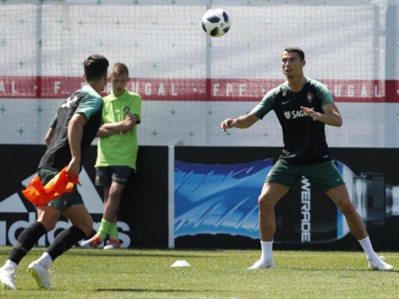 <b>Nachwuchsglück</b><br/>Da staunt der Nachwuchsspieler nicht schlecht: Aus nächster Nähe darf er Superstar Cristiano Ronaldo in Kratowo beim Training der Portugiesen bewundern. Foto: Francisco Seco/AP<br/>17.06.2018 (dpa)