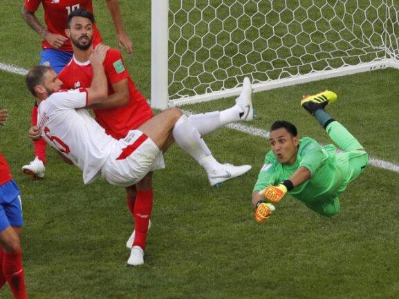 <b>Flugeinlage</b><br/>Costa Ricas Torwart Keylor Navas klärt spektakulär gegen Serbiens Branislav Ivanovic. Foto: Vadim Ghirda/AP<br/>17.06.2018 (dpa)