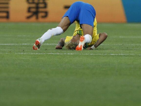 <b>Mit dem Kopf durch die Beine</b><br/>Brasiliens Superstar Neymar beim WM-Auftakt des Rekordweltmeisters gegen die Schweiz. Foto: Darko Vojinovic/AP<br/>17.06.2018 (dpa)