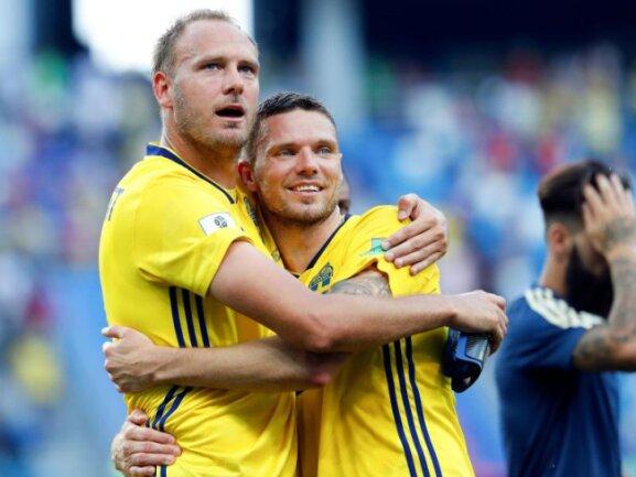 <b>Glück</b><br/>Andreas Granqvist (l), Schwedens Torschütze zum 1:0-Sieg gegen Südkorea, und Marcus Berg umarmen sich nach Spielende. FotoPavel Golovkin/AP Foto: Pavel Golovkin<br/>18.06.2018 (dpa)