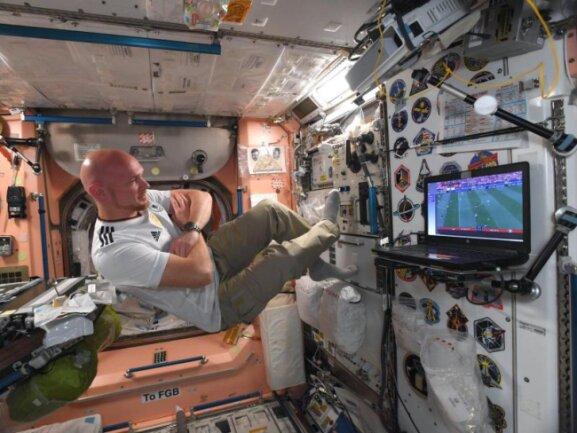 <b>Guter Empfang</b><br/>Der deutsche Astronaut Alexander Gerst verfolgt im Trikot des DFB-Teams auf der Internationalen Raumstation ISS auf das WM-Spiel gegen Mexiko. Foto: ESA/Alexander Gerst<br/>18.06.2018 (dpa)