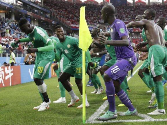 <b>WM-Tänzchen</b><br/>Die Spieler aus dem Senegal feiern den Sieg gegen Polen mit einem Tänzchen. Foto: Andrew Medichini/AP<br/>19.06.2018 (dpa)