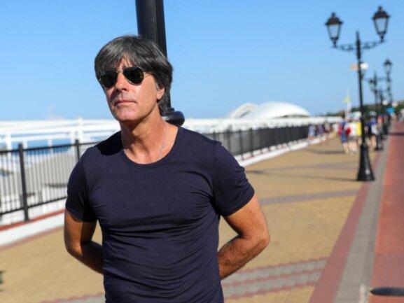<b>Entspannt</b><br/>Bundestrainer Joachim Löw beim morgendlichen Spaziergang auf der Strandpromenade in Sotschi. Foto: Christian Charisius<br/>20.06.2018 (dpa)