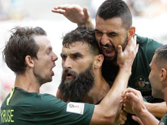 <b>Pure Emotion</b><br/>Der Australier Mile Jedinak (M) bejubelt mit seinen Teamkollegen im Samara-Stadion den verwandelten Elfmeter zum 1:1-Endstand gegen Dänemark. Foto: Gregorio Borgia/AP<br/>21.06.2018 (dpa)