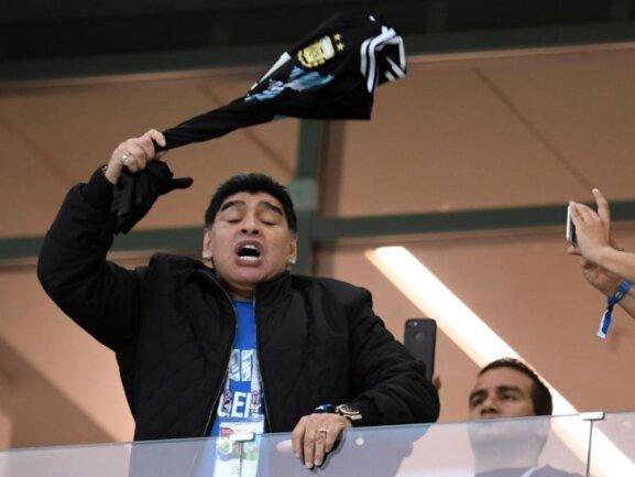 <b>Edelfan</b><br/>Fußball-Legende Diego Armando Maradona feuert ein Trikot schleudernd sein Team beim Spiel gegen Kroatien an. Foto: Andreas Gebeert<br/>21.06.2018 (dpa)