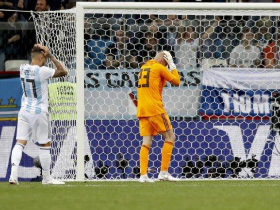 <b>Fatal</b><br/>Wilfredo Caballero (M) würde sich die Haare raufen, wenn er denn könnte. Argentiniens Torwart hat mit seinem Patzer die 0:3-Niederlage gegen Kroatien eingeleitet. Foto:Pavel Golovkin/AP<br/>21.06.2018 (dpa)