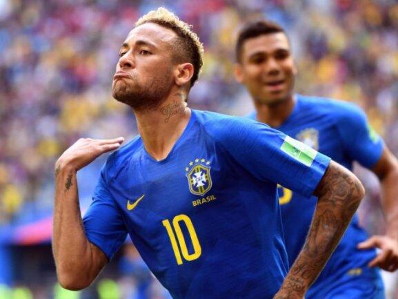<b>Unschön</b><br/>Brasiliens Starspieler Neymar unterstreicht in St. Petersburg seinen Jubel über den späten Treffer zum 2:0 gegen Costa Ricas Elf, für die die Niederlage das WM-Aus bedeutet, mit einer Halsabschneider-Geste. Foto: Federico Gambarini<br/>22.06.2018 (dpa)