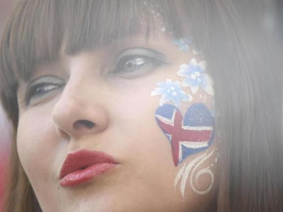 <b>Nordisch by Nature</b><br/>Eine kühle Isländerin mit eisblauen Augen feuert im Wolgograd Stadion das Team des kleinen Inselstaates im Spiel gegen Nigeria an. Foto: Siu Wai/xinhua<br/>22.06.2018 (dpa)
