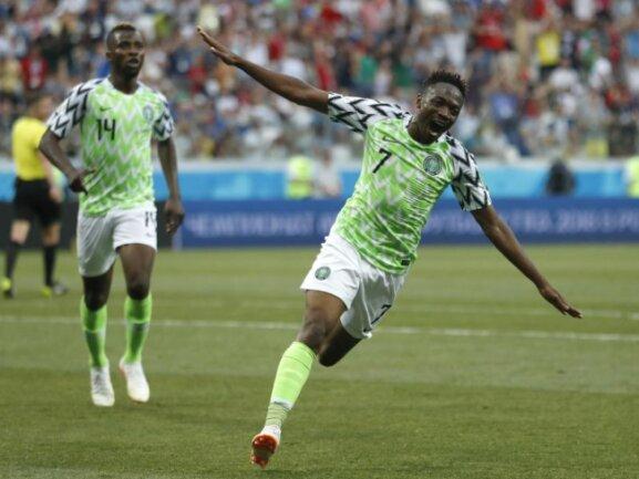 <b>Flying Eagle</b><br/>Ahmed Musa wird nach seinem Treffer zum 2:0 gegen Island zum Überflieger. Mit seinem Doppelpack sorgt der Nigerianer für den Sieg seines Teams. Foto: Darko Vojinovic/AP<br/>22.06.2018 (dpa)