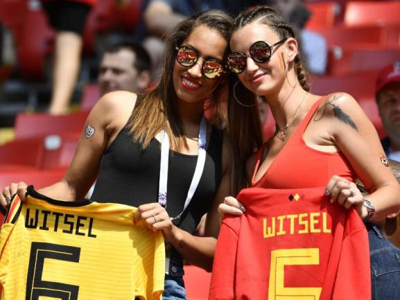 <b>Hingucker</b><br/>Axel Witsels Schwester Withney (l) und seine Ehefrau Rafaella Szabo posieren mit Trikots des belgischen Fußballers vor dem Spiel gegen Tunesien auf der Tribüne im Spartak-Stadion. Foto:Dirk Waem/BELGA<br/>23.06.2018 (dpa)