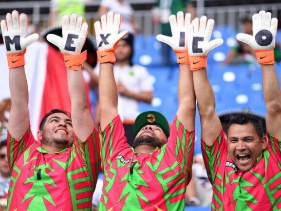 <b>Choreo</b><br/>Vor dem Spiel gegen Südkorea feiern drei Mexikaner in Rostow am Don mit einer Choreaographie ihr Team. Foto:Marius Becker<br/>23.06.2018 (dpa)