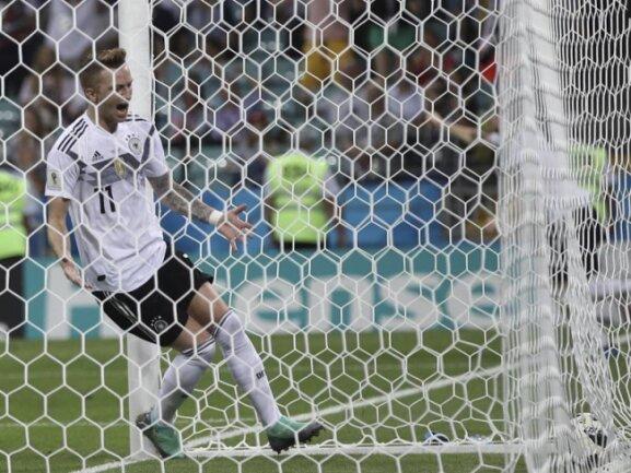 <b>Ausgleich</b><br/>Torschütze Marco Reus läuft nach seinem Treffer zum 1:1 gegen Schweden dem Ball hinterher ins Netz des gegnerischen Tores. Foto: Thanassis Stavrakis/AP<br/>23.06.2018 (dpa)