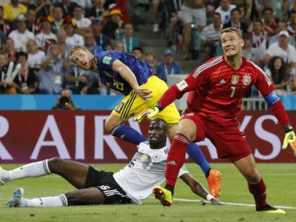 <b>Rückstand</b><br/>Deutschlands Torwart Manuel Neuer (r-l) und Antonio Rüdiger können das Tor zum 1:0 für Schweden durch Ola Toivonen nicht verhindern. Foto:Frank Augstein/AP<br/>23.06.2018 (dpa)