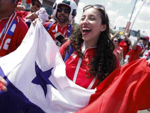 <b>Vorfreude</b><br/>Fans von Panama freuen sich vor dem Stadion in Nischni Nowgorod auf das Spiel ihres Teams gegen England. Foto: Alastair Grant/AP<br/>24.06.2018 (dpa)