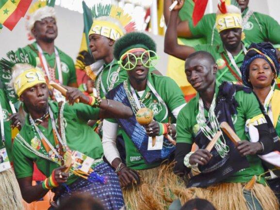 <b>Treue Seelen</b><br/>Die wenigen hundert zur WM mitgereisten senegalesischen Fans feuern ihr Team lautstark mit Percussions und Blasinstrumenten an. Foto: --/kyodo<br/>24.06.2018 (dpa)