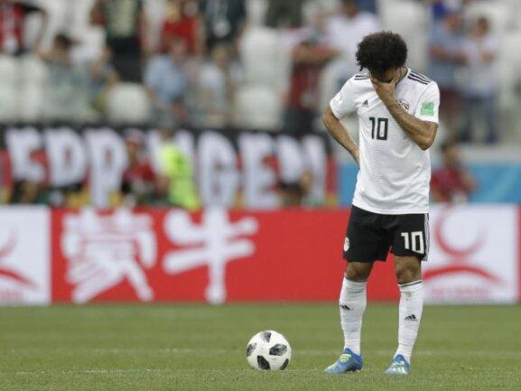 <b>Farblos</b><br/>Der Ägypter Mohamed Salah steht bedrückt nach dem 1:2 gegen Saudi-Arabien auf dem Spielfeld. Der Stürmerstar konnte dem Spiel seines Teams keine Akzente verleihen. Foto:Andrew Medichini/AP<br/>25.06.2018 (dpa)