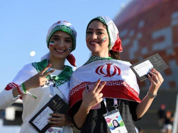 <b>Vorfreude</b><br/>Die zwei iranischen Fans zeigen stolz ihre Tickets zum Spiel Iran gegen Portugal. Foto: Andreas Gebert<br/>25.06.2018 (dpa)