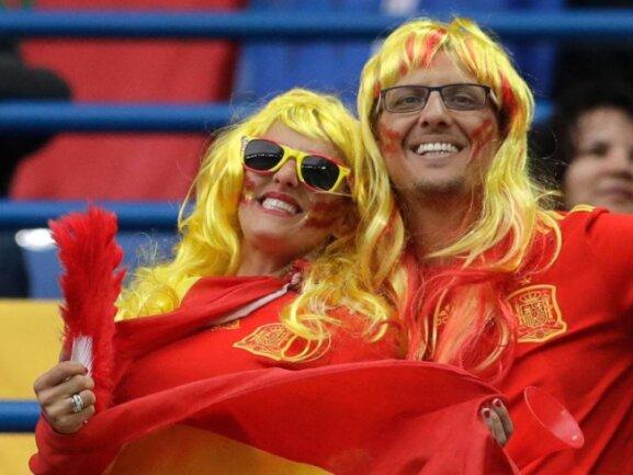 <b>Los Heinos</b><br/>Der Ballermann ist bis Kaliningrad vorgedrungen: Zwei Spanien-Fans haben sich für das Spiel gegen Marokko aufgehübscht. Foto:Petr David Josek/AP<br/>25.06.2018 (dpa)