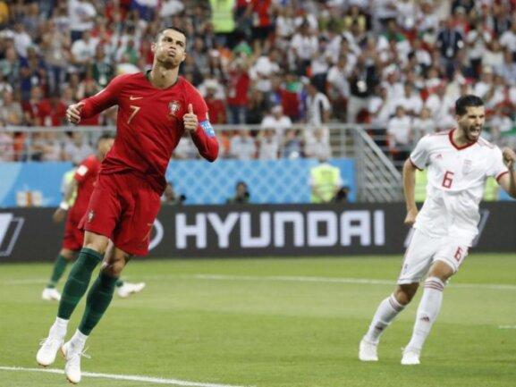 <b>Aufgeblähte Backen</b><br/>Auch einem Cristiano Ronaldo (l) kann nicht alles gelingen. Im Spiel gegen den Iran kann der Superstar einen Elfmeter nicht im Tor unterbringen. Foto: Pavel Golovkin/AP<br/>25.06.2018 (dpa)