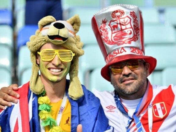 <b>Fan-Freundschaft</b><br/>Gelebte Fan-Freundschaft: Ein australischer (l) und ein peruanischer Fan verbrüdern sich im Vorfeld des dritten Gruppenspiels. Foto: Martin Meissner/AP<br/>26.06.2018 (dpa)