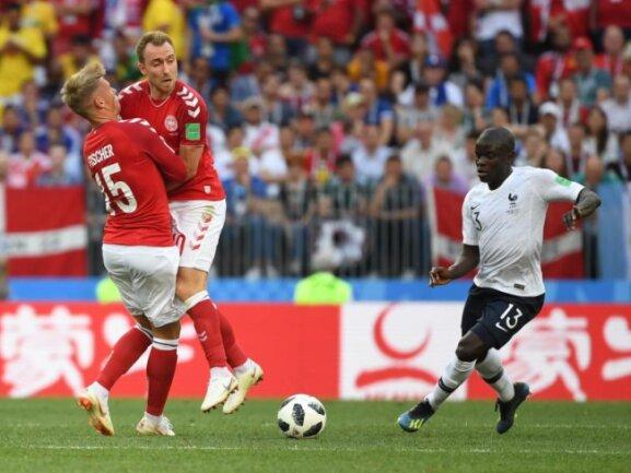 <b>Huch, ein Ball!</b><br/>Dänen und Franzosen schienen bemüht zu sein, den Ballkontakt zu vermeiden. Das letzte Gruppenspiel endet 0:0, womit auch die Dänen neben den bereits für das Achtelfinale feststehenden Franzosen weitergekommen sind. Foto: Federico Gambarini<br/>26.06.2018 (dpa)