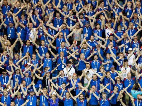 <b>Huh!</b><br/>Islands Fans zelebrieren ihr berühmtes «Huh!» während des Spiels gegen Kroatien. Foto: Mark Baker/AP<br/>26.06.2018 (dpa)