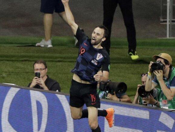 <b>Sprunggewaltig</b><br/>Der Kroate Milan Badelj zeigt nach seinem Führungstor gegen Island seine Sprungkraft. Als eigentlicher Ergänzungsspieler durfte er im dritten Gruppenspiel von Beginn an auflaufen. Foto: Mark Baker/AP<br/>26.06.2018 (dpa)
