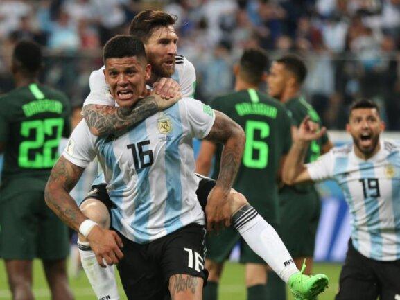 <b>Argentiniens Held</b><br/>Torschütze Marcos Rojo (16) jubelt mit Lionel Messi auf dem Rücken über den erlösenden Treffer zum 2:1-Sieg über Nigeria, durch den Argentinien doch noch das WM-Achtelfinale erreicht. Foto:Cezaro De Luca<br/>26.06.2018 (dpa)