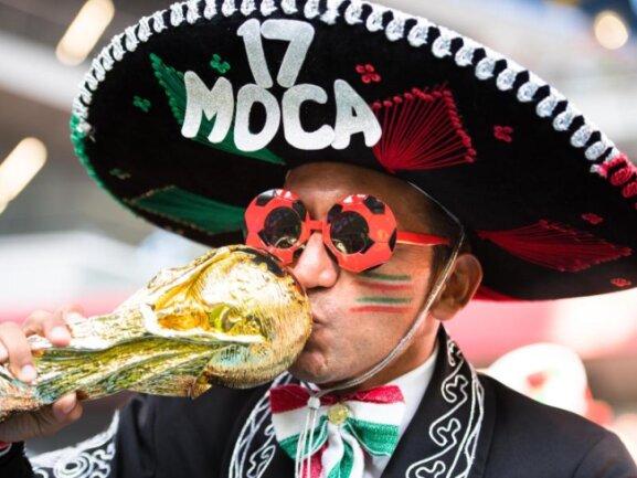 <b>Träumen darf erlaubt sein</b><br/>Ein mexikanischer Fan küsst vor Spielbeginn eine Nachbildung des WM-Pokals. Träumen darf auch mal erlaubt sein. Foto: Joel Marklund/Bildbyran via ZUMA Press<br/>27.06.2018 (dpa)
