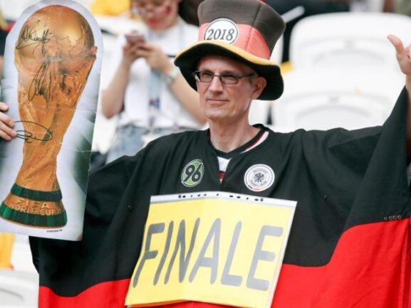 <b>Weiter gedacht</b><br/>Zum Gruppenfinale gegen Südkorea denkt ein deutscher Fan ein wenig weiter und steht mental schon im Finale. Foto: Thanassis Stavrakis/AP<br/>27.06.2018 (dpa)