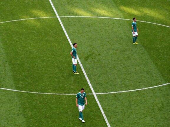 <b>Kollektive Trauer</b><br/>Niklas Süle (l-r), Mats Hummels und Jonas Hector schlendern enttäuscht über den Platz. Durch die Niederlage gegen Südkorea ist Deutschland das erste Mal in der WM-Historie in der Vorrunde ausgeschieden. Foto: Ina Fassbender<br/>27.06.2018 (dpa)