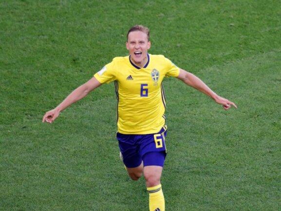 <b>Gruppensieger</b><br/>Ludwig Augustinsson eröffnete mit seinem Treffer zum 1:0 Schwedens Torreigen gegen Mexiko. Am Ende gewannen die Skandinavier 3:0. Foto: Efrem Lukatsky/AP<br/>27.06.2018 (dpa)