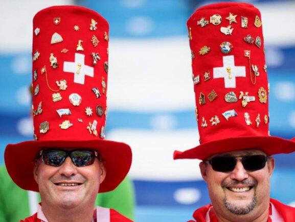 <b>Hut drauf</b><br/>Fans aus der Schweiz haben sich mit Hüten für das letzte Gruppenspiel gegen Costa Rica in Nischni Nowgorod schick gemacht. Foto: Laurent Gillieron/KEYSTONE<br/>27.06.2018 (dpa)