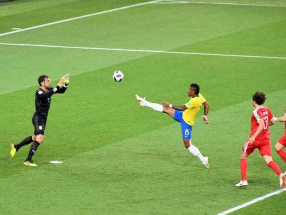 <b>Akrobatisch</b><br/>Mit viel Gefühl spitzelt Brasiliens Paulinho den Ball über Serbiens Torwart Vladimir Stojkovic zum 1:0 ins Tor. Foto: Federico Gambarini<br/>27.06.2018 (dpa)