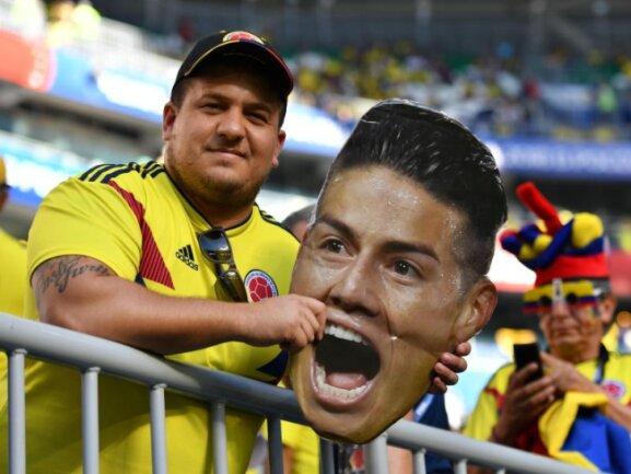 <b>Vergöttert</b><br/>Ein kolumbianischer Fan hält ein Bild von James Rodriguez hoch. Der Spieler vom FC Bayern München wird in seinem Heimmatland regelrecht vergöttert. Foto: Liu Dawei/xinhua<br/>28.06.2018 (dpa)