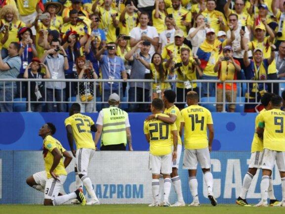 <b>Siegtor</b><br/>Kolumbiens Yerry Mina (l) und seine Teamkollegen bejubeln ihr Siegtor gegen Senegal. Foto: Efrem Lukatsky/AP<br/>28.06.2018 (dpa)