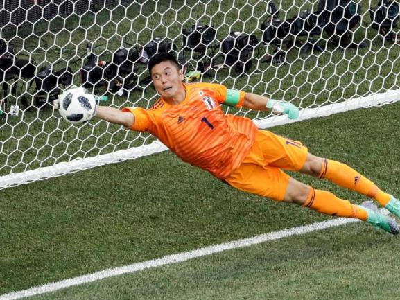 <b>Gestreckt</b><br/>Japan um Torwart Eiji Kawashima kam trotz eines 0:1 gegen Polen ins Achtelfinale:Über die Fairplay-Wertung. Foto: Themba Hadebe/AP<br/>28.06.2018 (dpa)