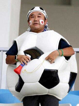 <b>Ballverliebt</b><br/>Ein japanischer Fan als Ball. Foto: Andrew Medichini/AP<br/>28.06.2018 (dpa)