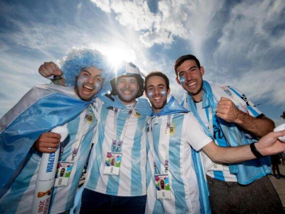 <b>Vorfreude</b><br/>Vier argentinische Fans zeigen sich voller Vorfreude vor dem Stadion in Kasan. Mit der Partie Argentinien gegen Frankreich beginnt die K.o.-Phase der WM. Foto: Petter Arvidson/Bildbyran via ZUMA Press<br/>30.06.2018 (dpa)