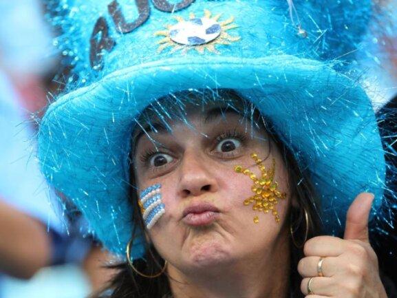 <b>Daumen hoch!</b><br/>Diese Frau ist eindeutig ein Fan von Uruguay und sicher, dass ihr Team gewinnen soll. Foto:Christian Charisius<br/>30.06.2018 (dpa)