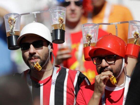 <b>Gerüstet</b><br/>Über Durst beim Achtelfinale von Spanien gegen Russland im Luschnikistadion werden sich diese beiden Fans kaum beklagen. Foto: Matthias Schrader/AP<br/>01.07.2018 (dpa)