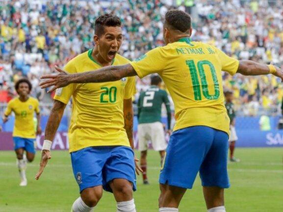 <b>Torjäger</b><br/>Torschütze Roberto Firmino (l) bejubelt mit Neymar den Treffer zum 2:0-Endstand gegen Mexiko; Neymar gab die Vorlage und erzielte auch das Auftakttor. Foto: Andre Penner/AP<br/>02.07.2018 (dpa)